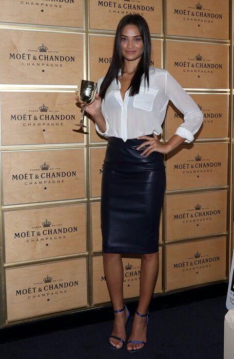 097aa6cda581e Lederrock und weisse Bluse | Leather Skirt in 2019 | Lederrock ...