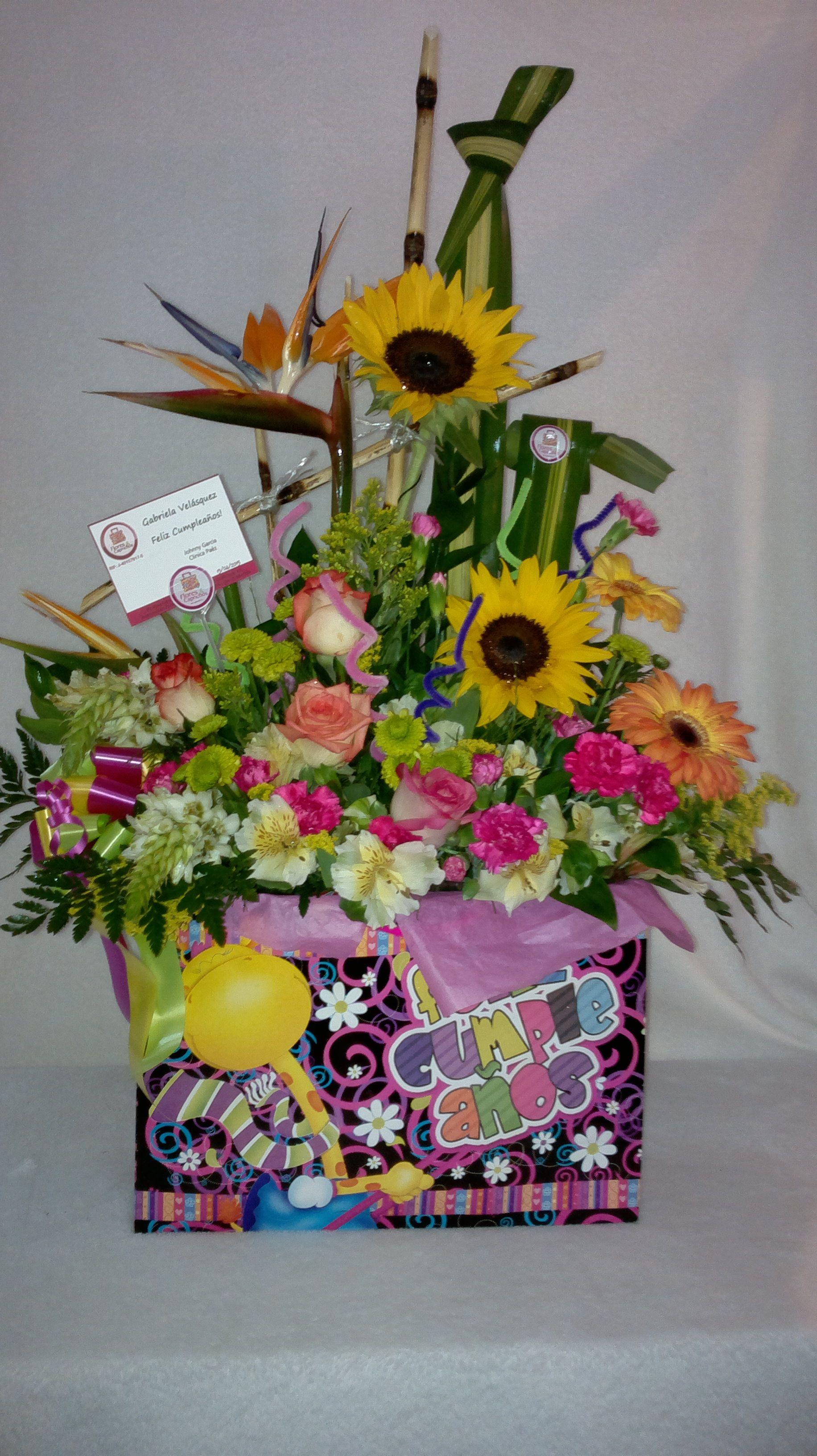 arreglo de flores naturales elaborado en una bolsa de ragalo