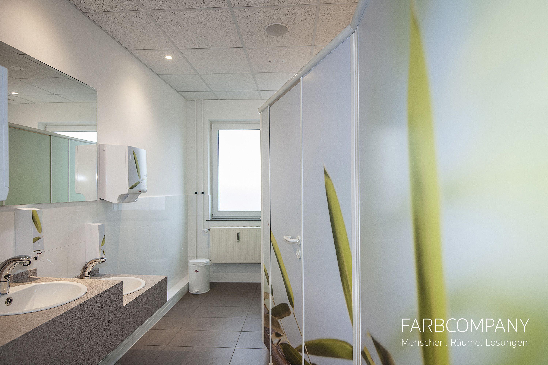 Raumgestaltung. Natürliche Motive bringen frische Farben und Wellnesscharakter in diese individuell gestalteten Toiletten. Mit ein paar passenden Accessoires wirkt das Design unaufdringlich und lädt zum Wohlfühlen ein.