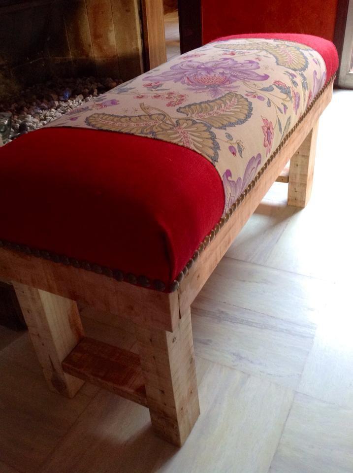 Banco tipo otomana. Patas de madera y asiento en tela estampado ...