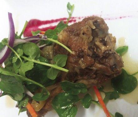 Pescuezo de cordero guisado, con caponata, berros y jugo de remolacha http://www.carnivorosgourmet.es/ver_recetas_gourmet.php?id_receta=395 #recetas #gastronomía de Rubén Cordero