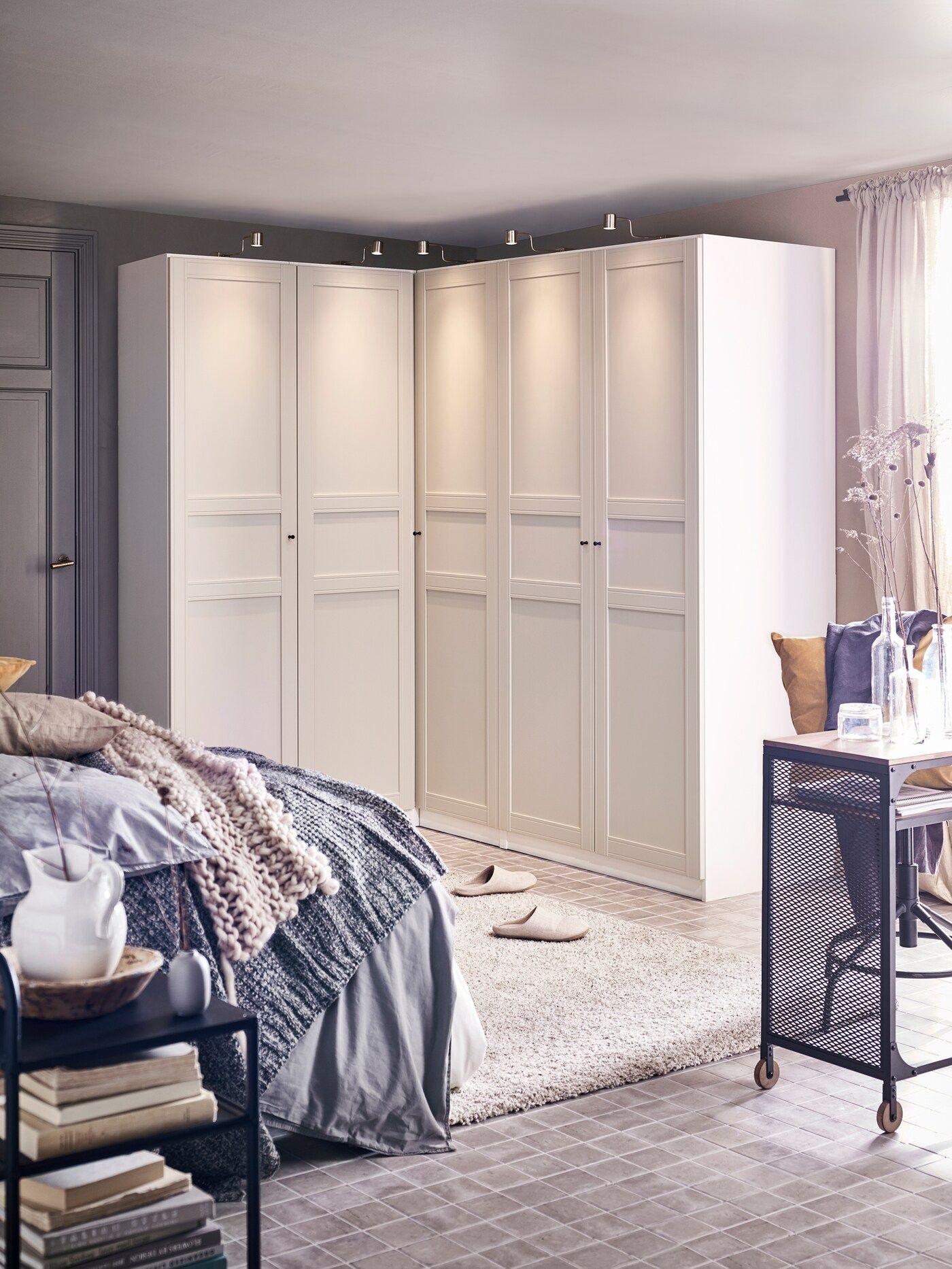 Schlafzimmer mit großzügigem Kleiderschrank