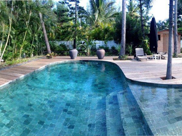 terrasse en bois autour d 39 une belle piscine forme libre. Black Bedroom Furniture Sets. Home Design Ideas