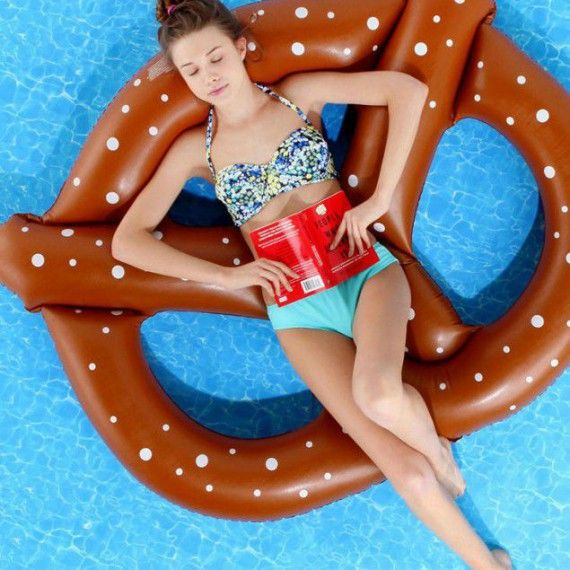 Le Matelas Gonflable Pour Piscine Bretzel  What The Fuck