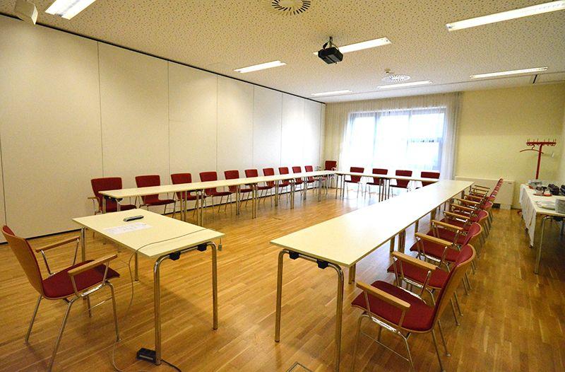 """Tagungssaal """"Untersberg"""" im #Parkhotel #Brunauer. Hier finden Seminargruppen bis zu 80 Personen Platz.  Er lässt sich auch bequem in 2 abgeschossene, kleinere Räume teilen."""