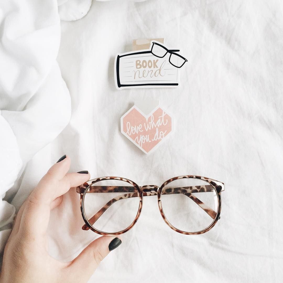 Foto clean com fundo branco  dois marcadores magnéticos de livro e óculos  de grau. 95770b265e