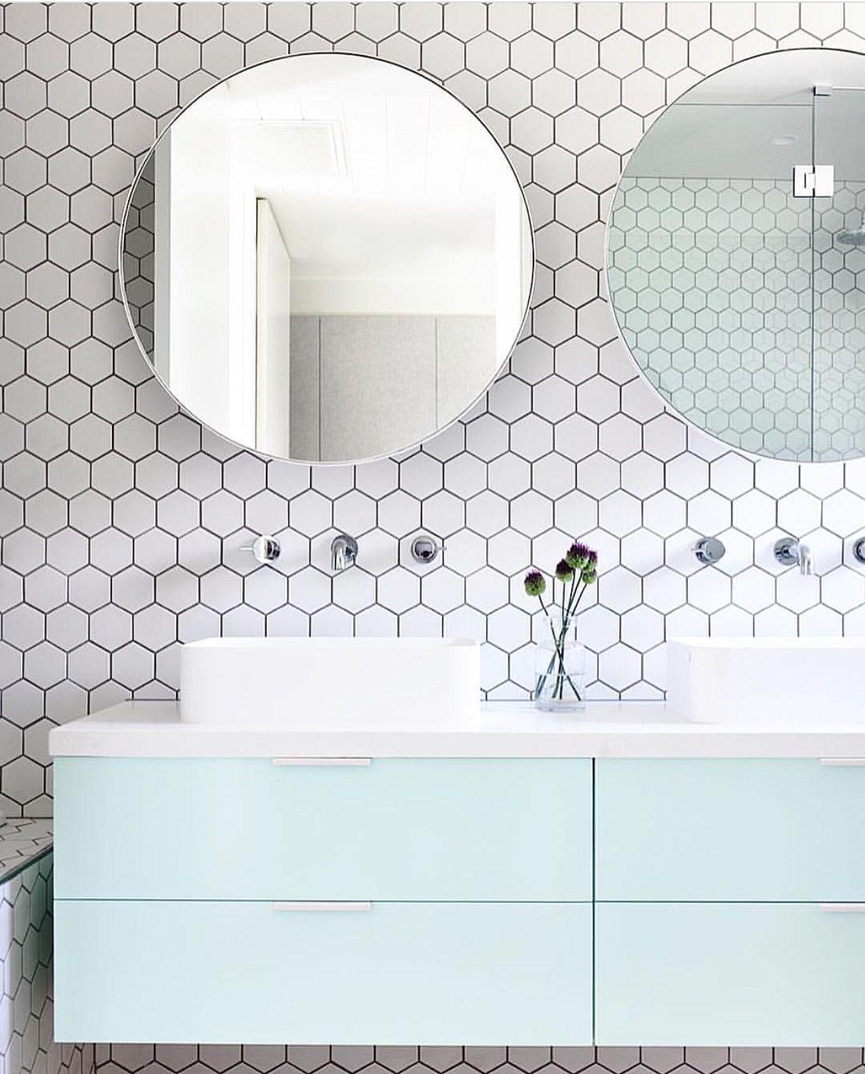 lichte scandinavische badkamer met hexagonale tegelmuur