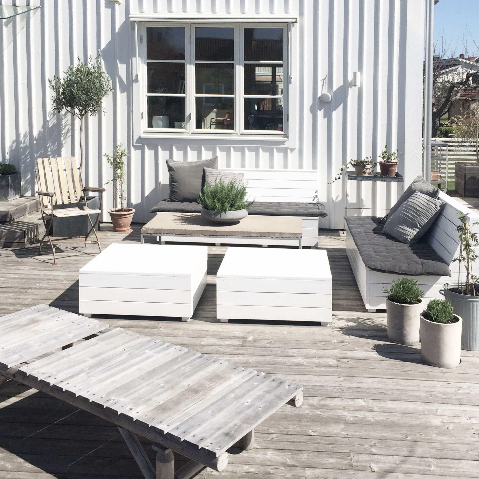 Spring Is In The Air Our Terrace In White Grey Wood And Green Plants Terrasse Holz Holzterrasse Terrasse