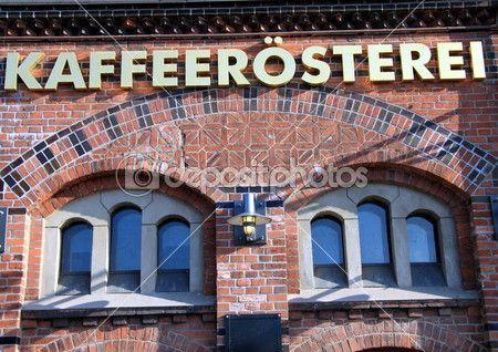 der Vorderseite des einen Coffee-Shop mit einem Schild auf Deutsch