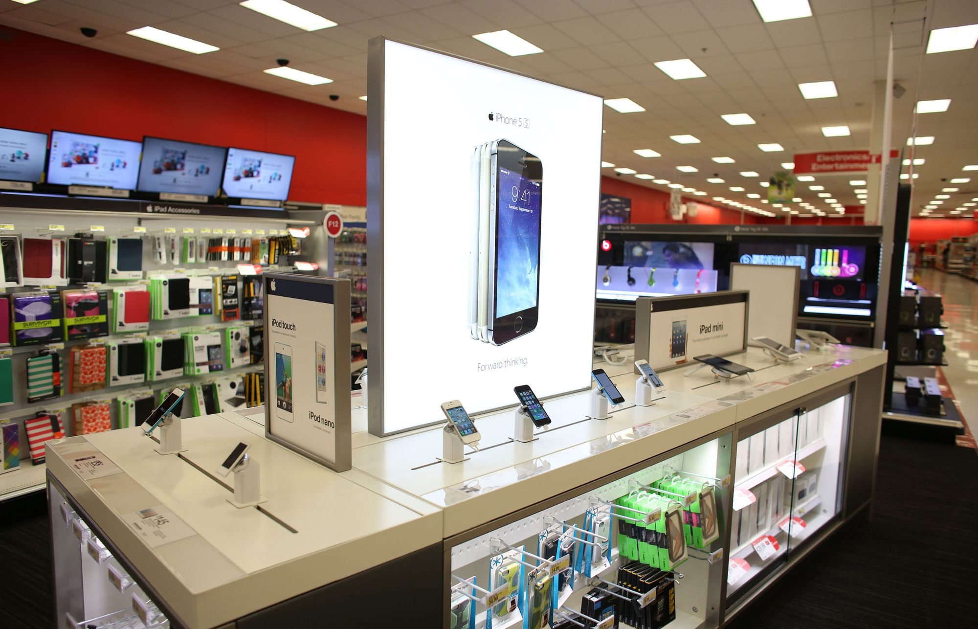 Target S New In Store Electronics Centers Look Kinda Like Apple Stores Retail Fixtures Retail Display Electronics Store