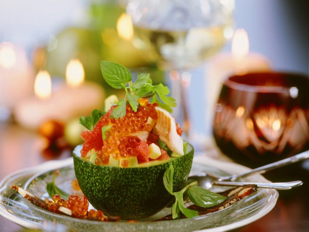 Салат из авокадо, форели и красной икры специально разработан для новогодних и рождественских праздников. Форель можно приготовить на пару, отварить или же использовать гриль. Рыбу лучше всего приготовить заранее и охладить в холодильнике. Салат следует готовить перед самой подачей. Приготовление 4 порций займёт у вас 10 минут. Торжественность блюда не вызывает сомнений. Удачный вкусовой баланс, […]