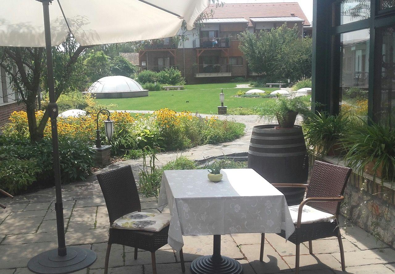 terrassengestaltung, sitzkissen, garten, gartenauflagen, Gartengerate ideen