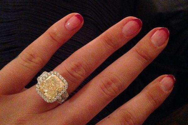 Iggy Azalea presume su anillo de compromiso