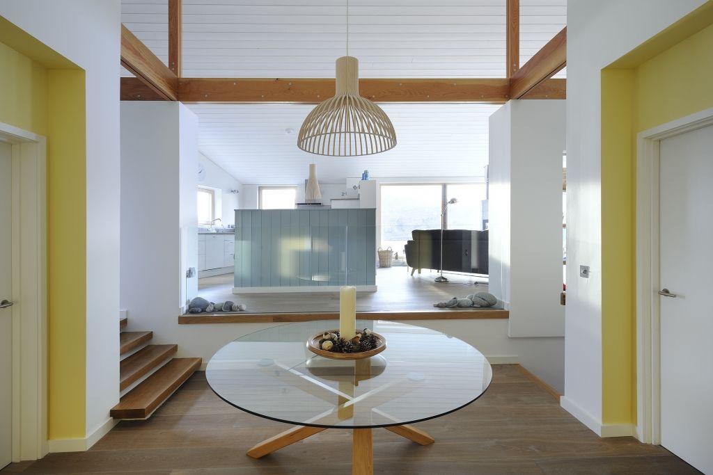 Heller Eingangsbereich mit Holzboden