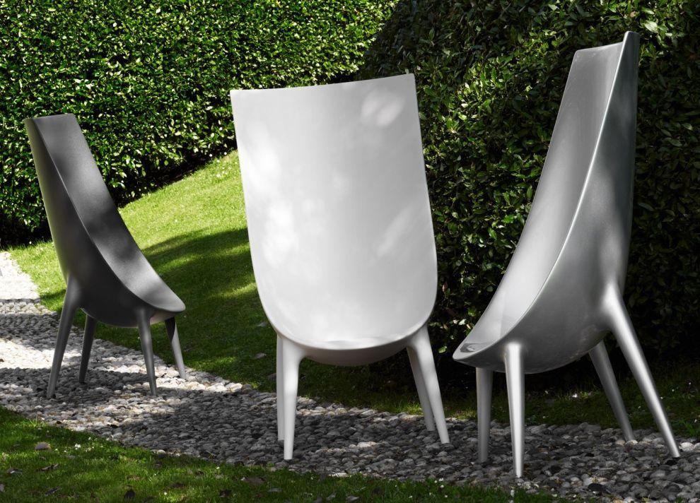 La sedia out in di driade è composta da un monoblocco impilabile in