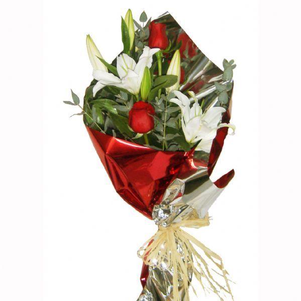 ramo de flores con rosas rojas y lilium blanco