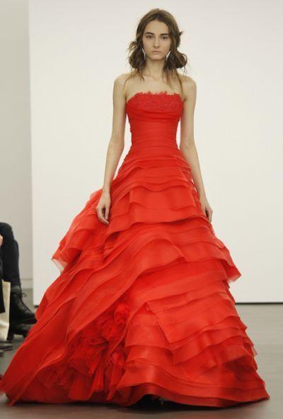 Photo of Farbe übernimmt die Laufstege der Bridal Fashion Week in NYC: Bunte Brautkleider von Vera Wang, Oscar de la Renta und mehr!