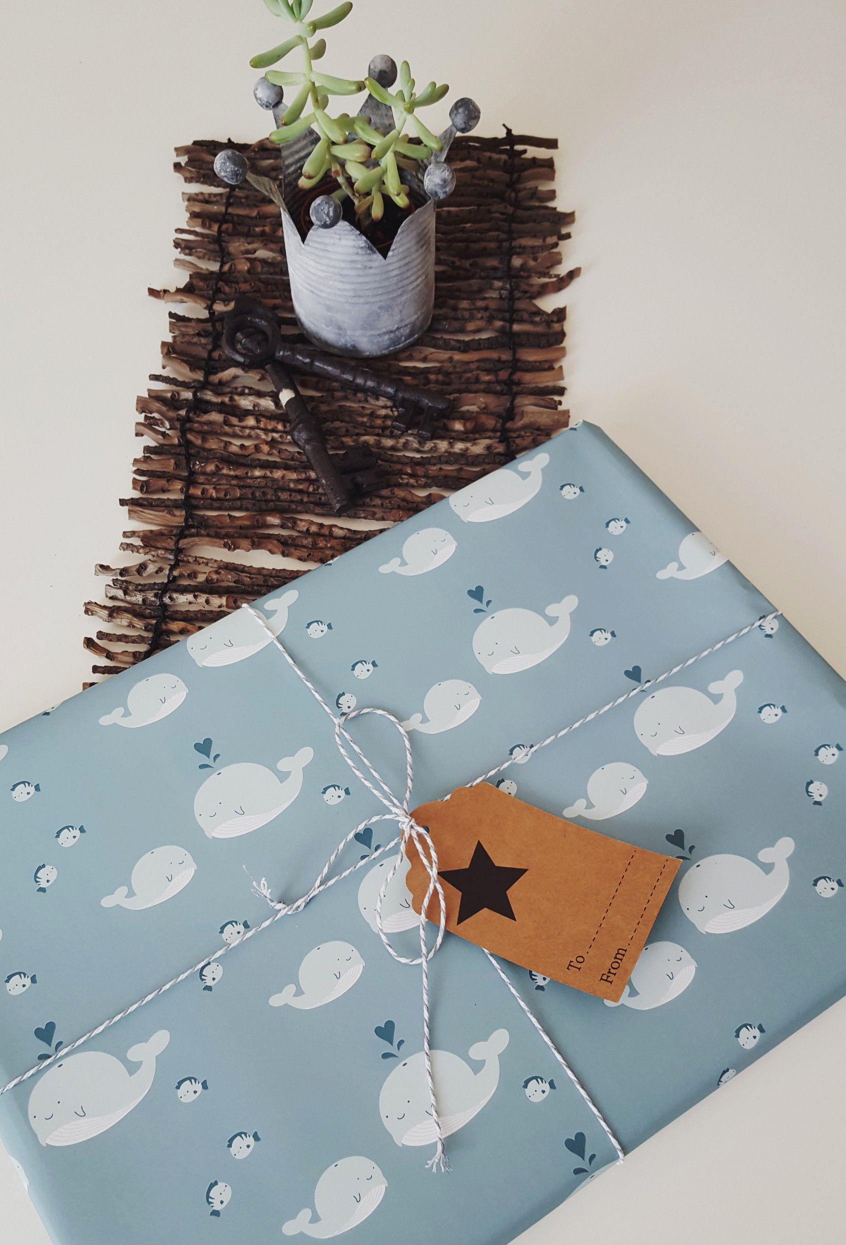 Geschenkpapier mit Wal-Motiv in zarten Blau-Tönen