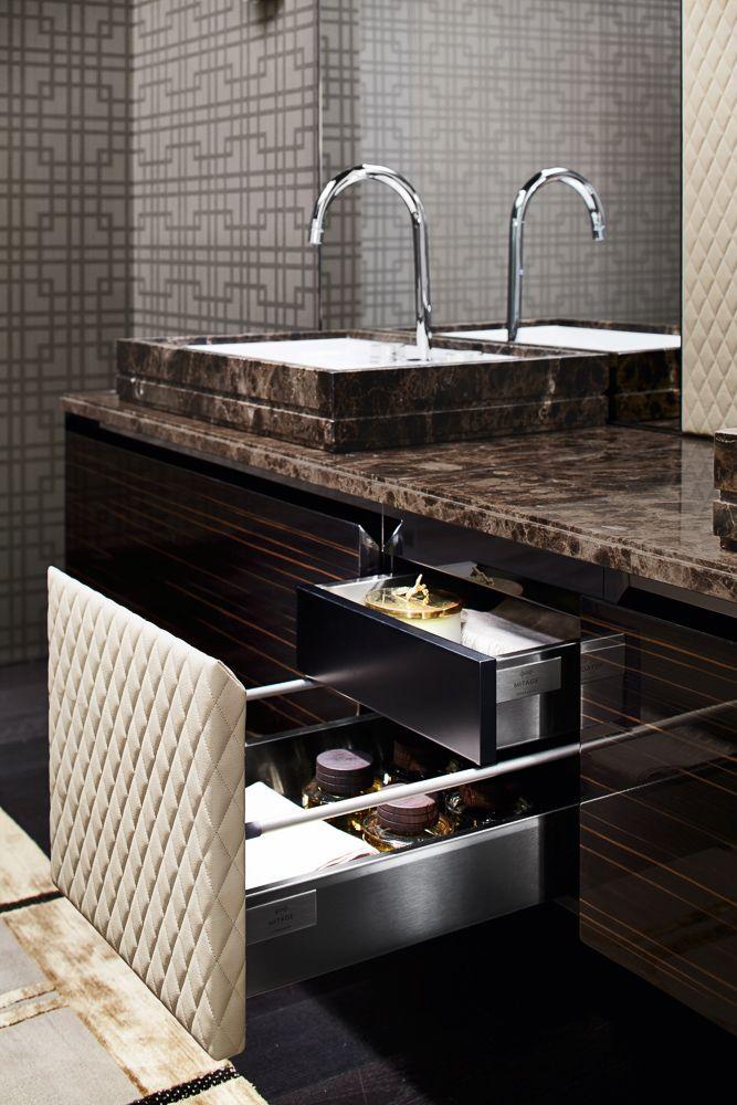 Salle de bain avec baignoire dans les tons sobre marrons, gris et