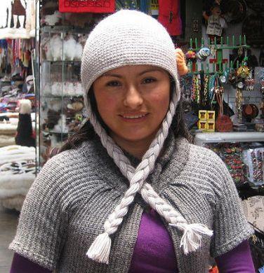 Graue #Mütze mit Zöpfen aus #Alpakawolle. Typische Mütze aus Puno mit den Zöpfen der Sierra.