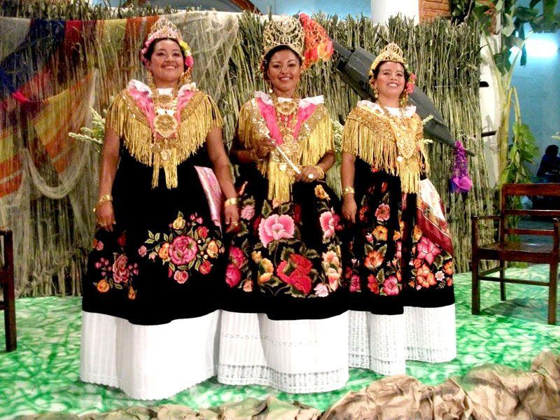Jovencitas con traje típico originarias del municipio de Tehuantepec, Oaxaca