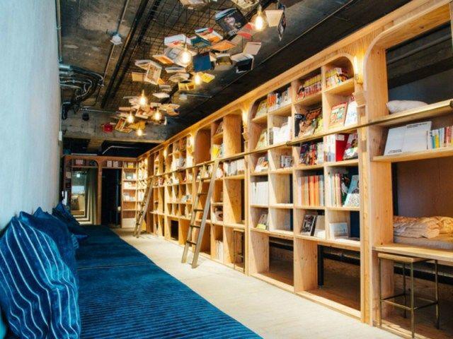 Ένα υπέροχο 24ωρο βιβλιοπωλείο που μπορείς να πάρεις έναν υπνάκο και να πιεις μπίρα
