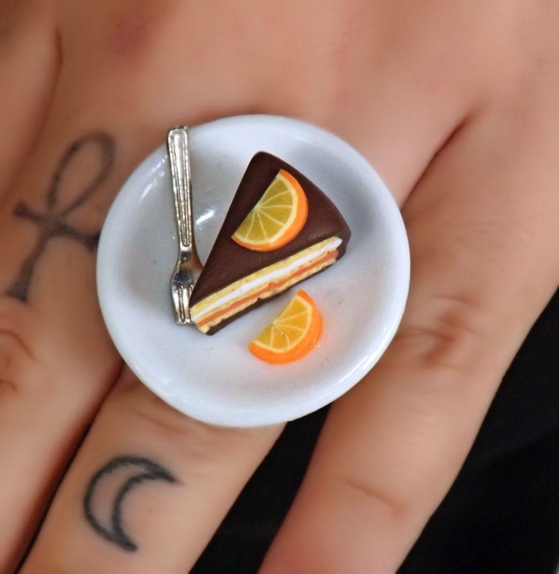 Anello fetta di torta al cioccolato e arancia piattino ceramica, by Velours Noir Crèations, 13,00 € su misshobby.com
