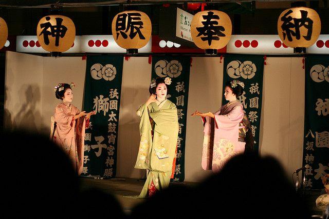 Maiko dance on Shijo-dori @ Gion Matsuri - Kyoto