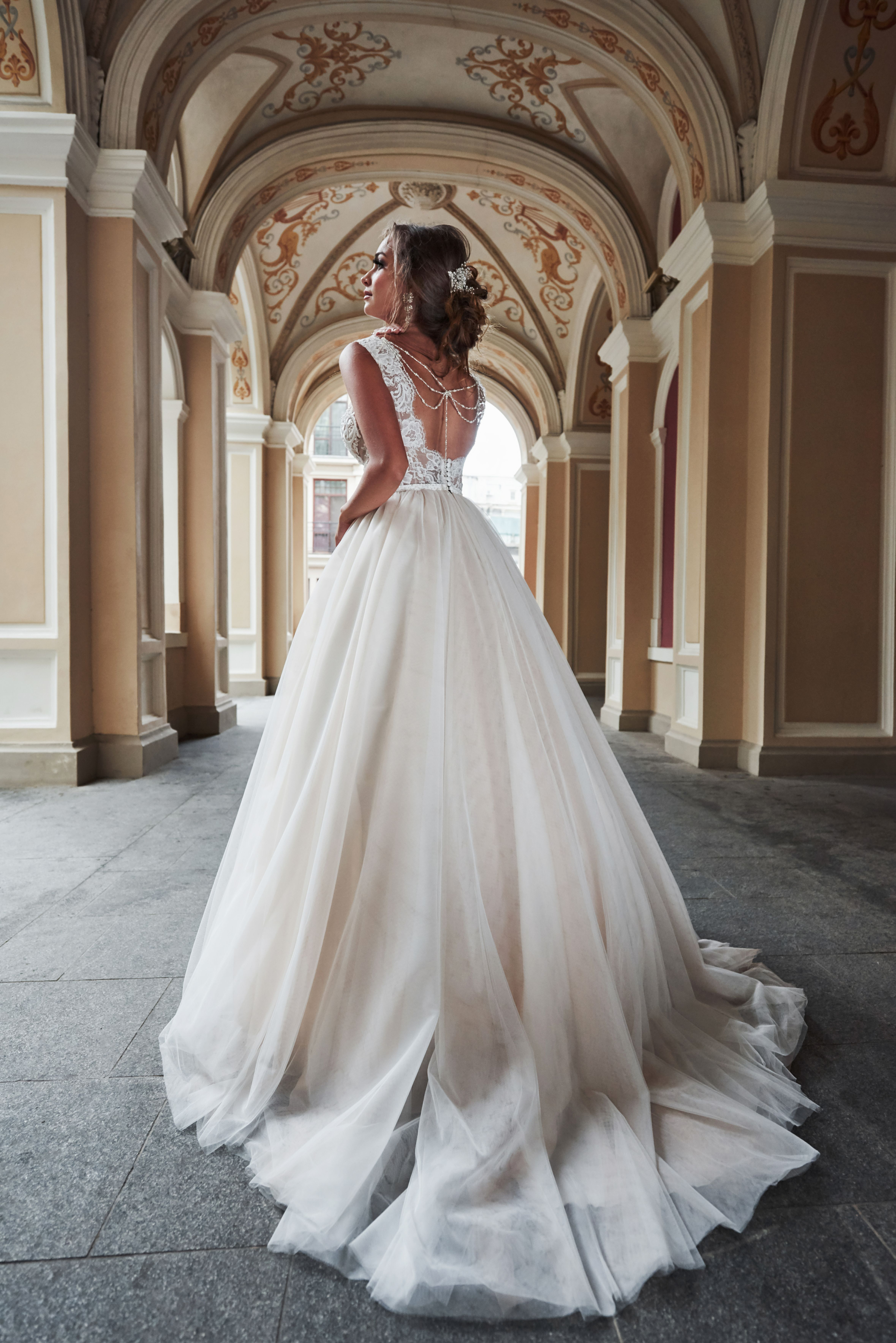Suknia Slubna Z Odkrytymi Plecami I Bizuteria Wesele Glamour Wedding Dresses Wedding Poses Dresses