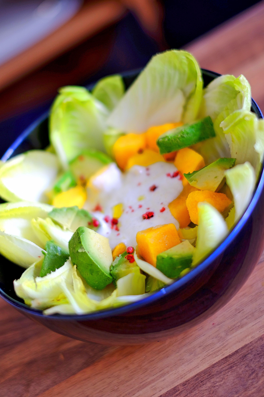 """Rezept Chicoree-Salat mit Mango, Avocado und Joghurt Dressing. Irgendwie habe ich mich inzwischen auf Ehrmann Naturjoghurt """"konditioniert"""" die Macht der Gewohnheit und weil er einfach sehr mild ist. Männer mögen sauer nicht. Tatsache!"""