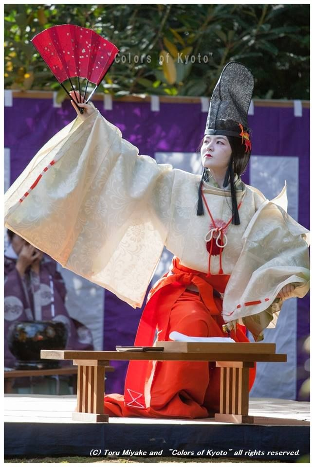 A shirabyoshi dancer dressed in kariginu at a kyokusui-no-utage poetry party.