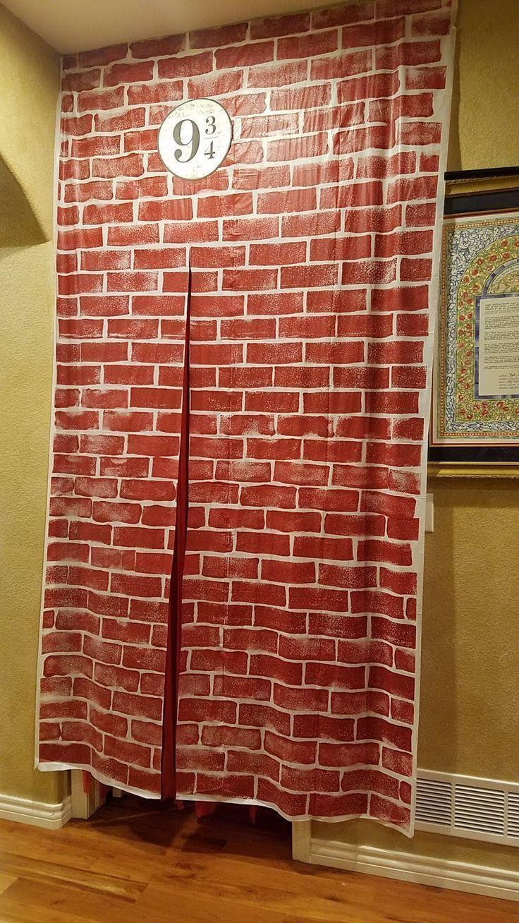 DIY Harry Potter Party-Dekor: Plattform 9 3/4 aus Dollar Store Plastikt – oder e… DIY Harry Potter Party-Dekor: Plattform 9 3/4 aus Dollar Store Plastikt – oder einfach altes Bettlaken – die Steine mit Kreditkarte von links und rechts nach innen gezogen