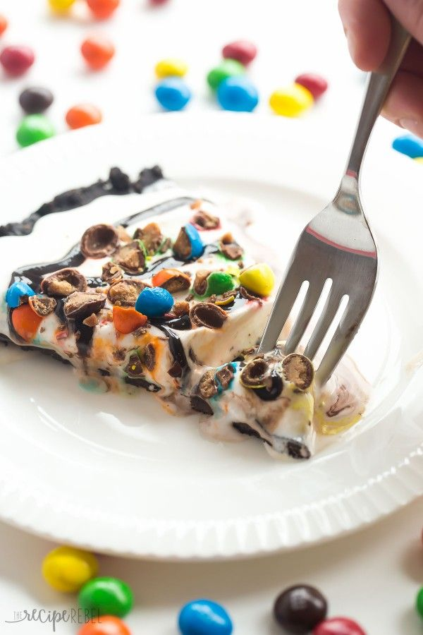 This Frozen Ice Cream Dessert Pizza is THE no bake summer dessert you need! A Dairy Queen Copycat Treatzza Pizza, it has an Oreo fudge crust…