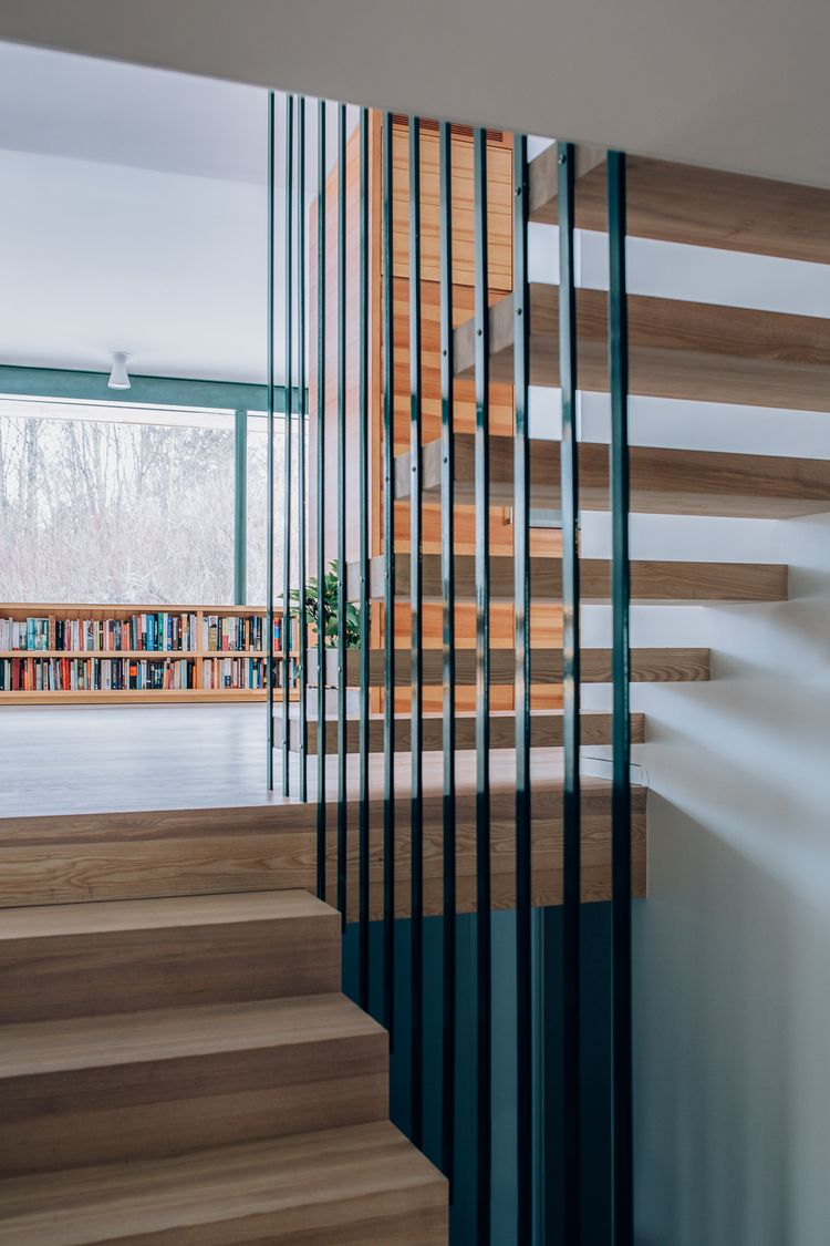 Ark. Knut Hjeltnes // Trapp i hvitoljet eik.Det åpne rekkverket i stål får trappen til å se svevende ut og åpner opp mellom etasjene.