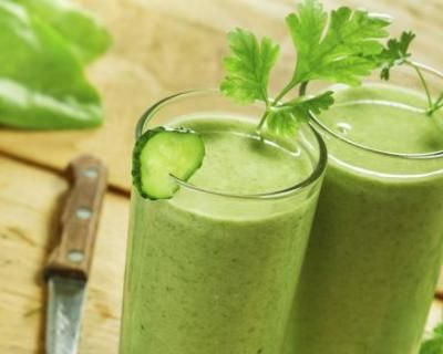 smoothie vert au concombre détoxifiant - 1 concombre 1 pomme Une demi botte de cresson Quelques feuilles de menthe (entre 8 et 10) De la glace