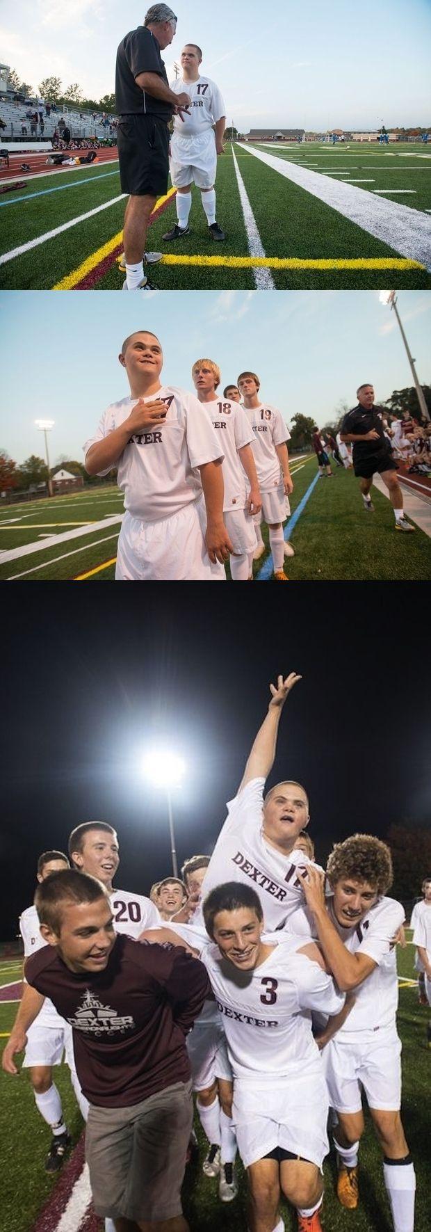 Um time de futebol de Michigan dando ao seu chefe de equipe com síndrome de Down uma oportunidade de começar a partida: