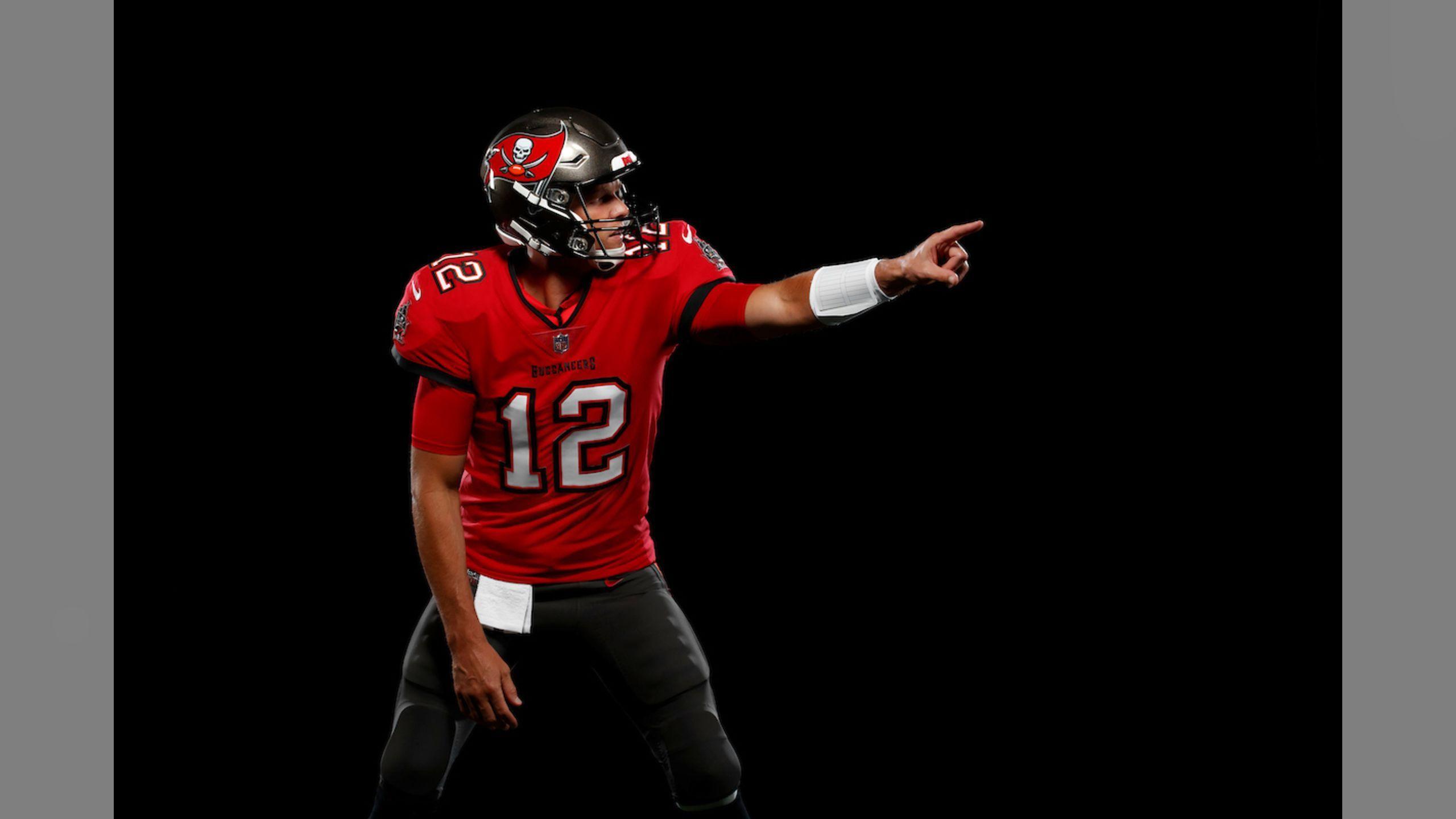 Photos First Look At Tom Brady In A Bucs Uniform Tom Brady Buccaneers Football Tom Brady News