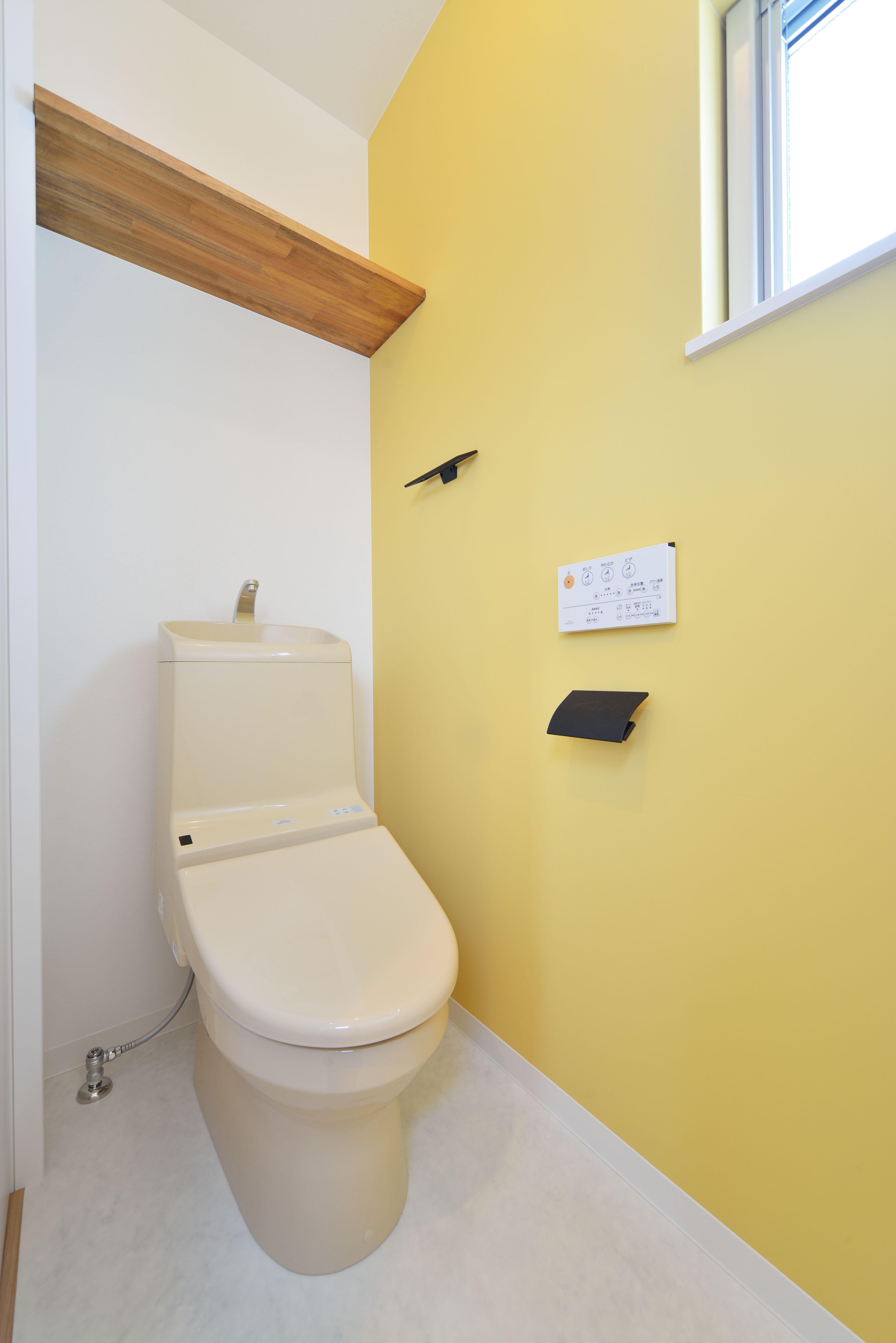レモンイエローの壁紙が可愛いトイレ トイレ インテリア トイレ 壁紙 トイレのアイデア