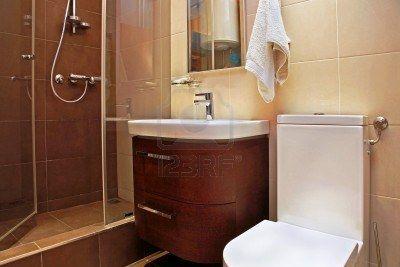 Pequeño cuarto de baño moderno interior con baldosas marrones Foto de archivo - 17153537
