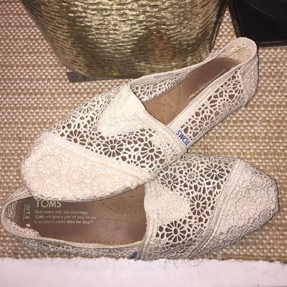 """TOMS // 7.5 // """"natural"""" crochet Toms Women's 7.5 // """"natural"""" or cream // TOMS // Only worn once! No flaws like new! TOMS Shoes Flats & Loafers"""
