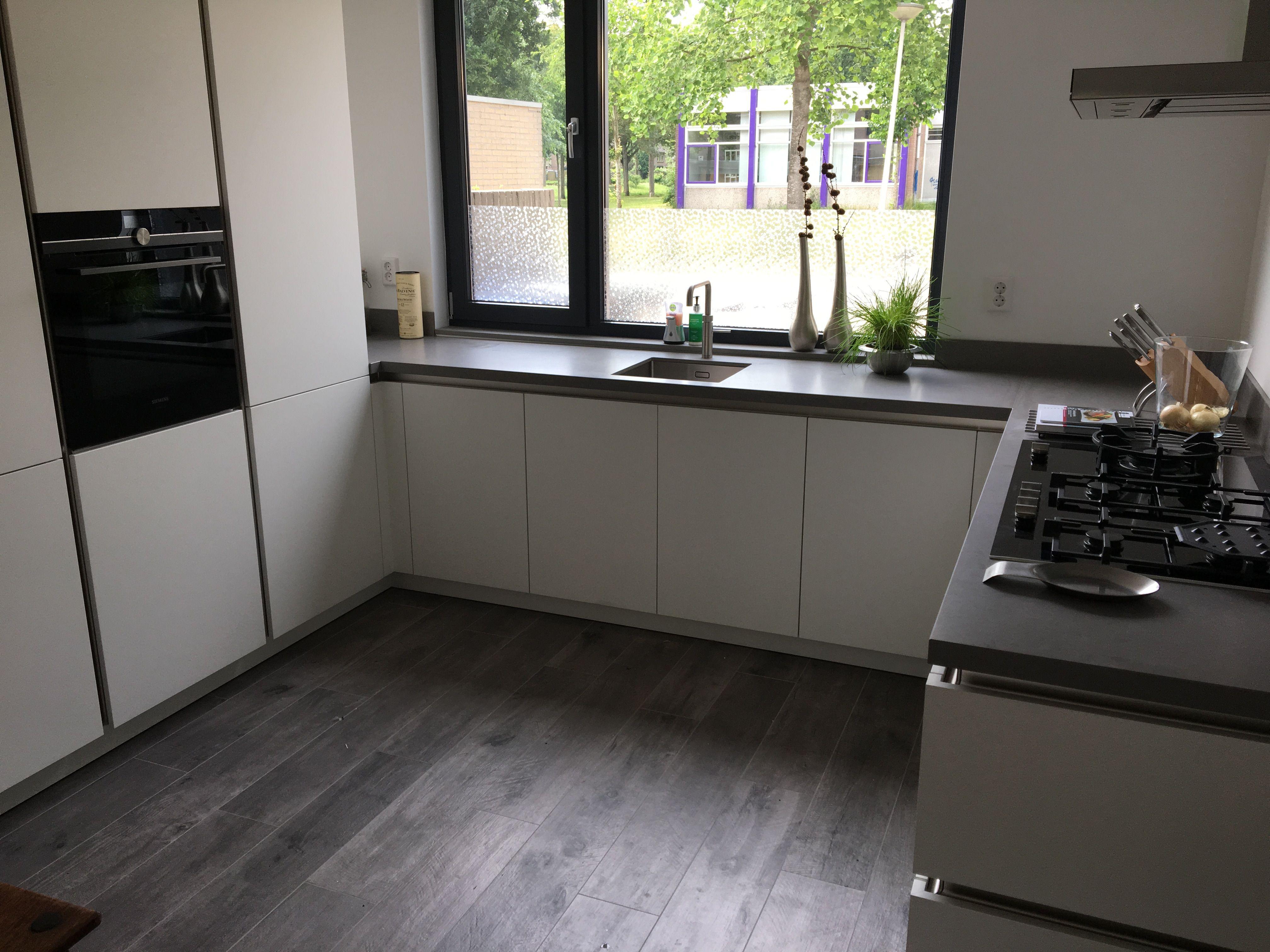 Keukenkast Met Werkblad : Moderne keuken mat wit keukenkasten donkergrijs keuken