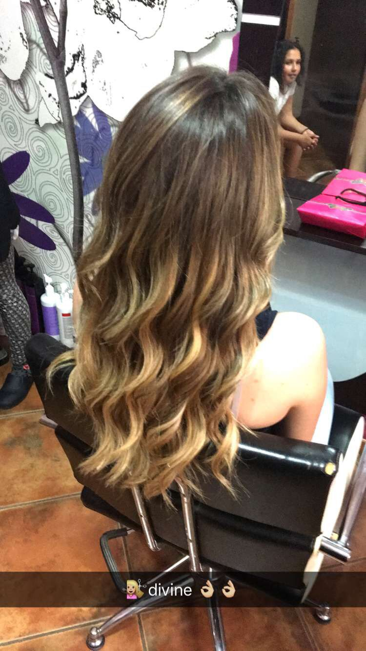 Mechas ombre con peinado de ondas surferas. En peluqueria Stely's 676397525