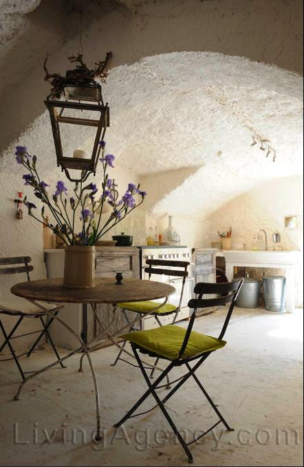 Décor de Provence: Cloiseau...   Kitchen & cafe table.