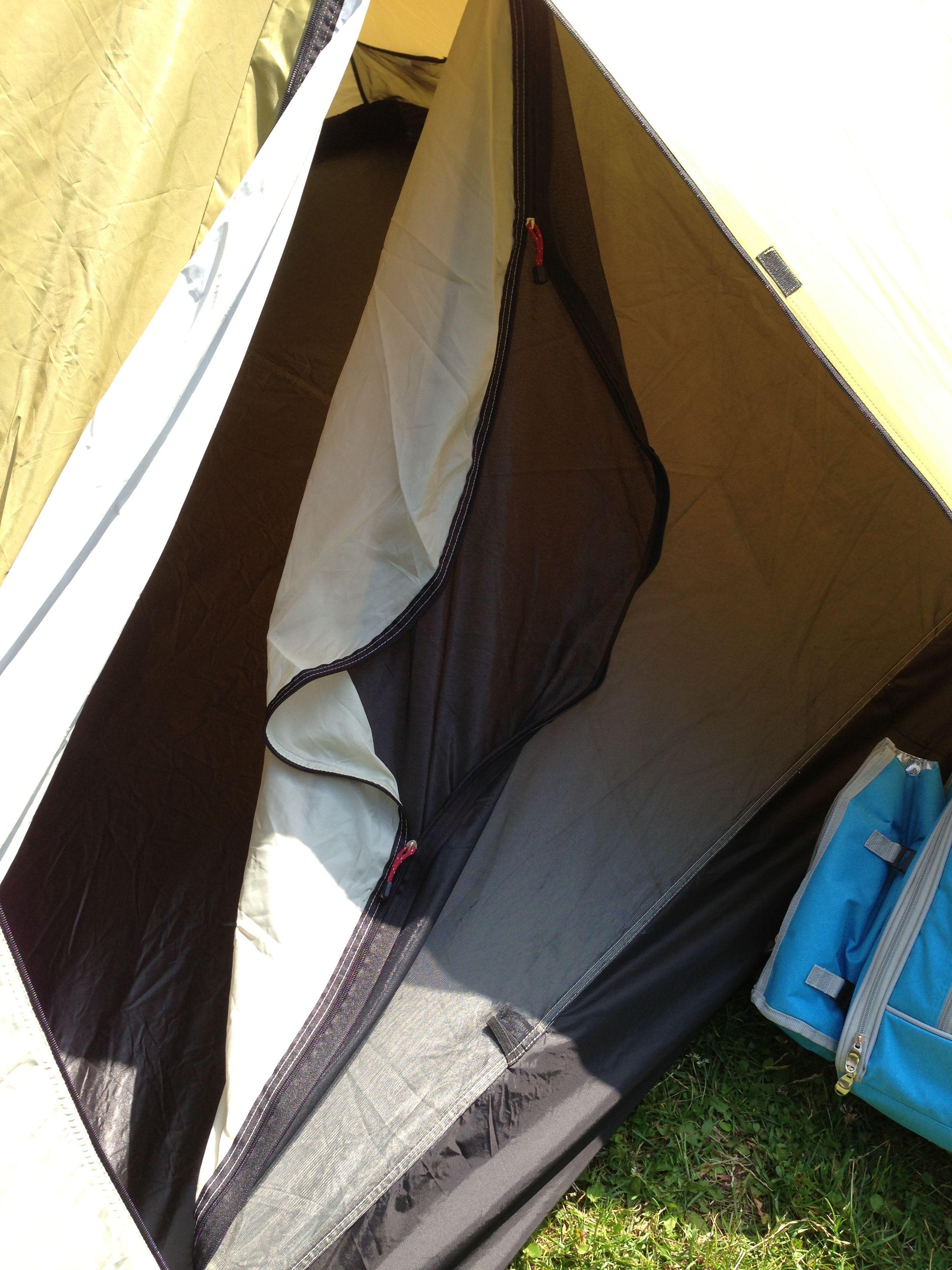Moskitonetz: Schützt vor Wald- und Wiesenbewohnern. Dieses ist bei vielen Zelt-Modellen bereits im Zelteingang installiert (im Bild: schwarzes Netz). Die weiße Schicht schützt im Sommer vor Wärme und im Winter vor Kälte.