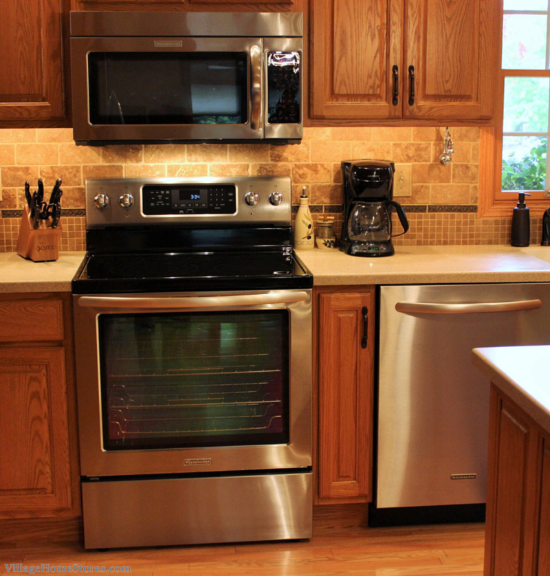 Great kitchen showing how stainless appliances do go with for Traditional kitchen appliances