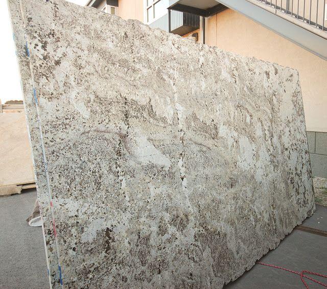 Alaska white granite me gusto para gabinetes blancos for Granito color beige