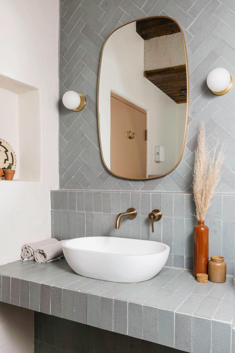 Posada Inn: Brick Backsplash + Shower