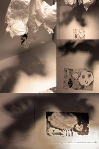 CLOUD WEIGHT / RENATA FRANA  Tecnica mista :installazione, monotipo  Materiale : inchiostro, carta, cotone , ingranaggi, legno. Dimensioni: 140x80x70  Simulazione di nuvole su storie da porticciolo. Anno 2014.