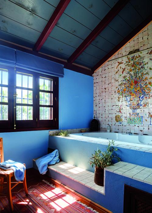 Cuarto de ba o que mezcla el color azul a il en paredes y for Vigas de decoracion