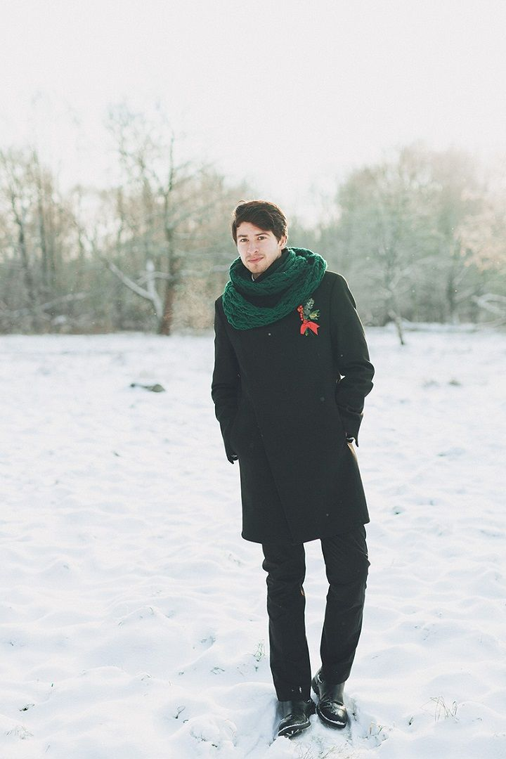 Groom wears green knit scraf - Christmas winter wedding | fabmood.com #wedding #winterwedding #christmas #christmaswedding